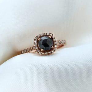 Μονόπετρο Δαχτυλίδι Ροζ Χρυσός Κ18 με Μαύρο Κεντρικό Διαμάντι και Καφέ Διαμάντια στη Βάση του
